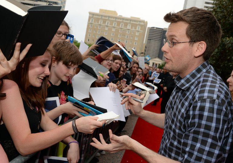 John Green firma autógrafos para una multitud de fanáticos