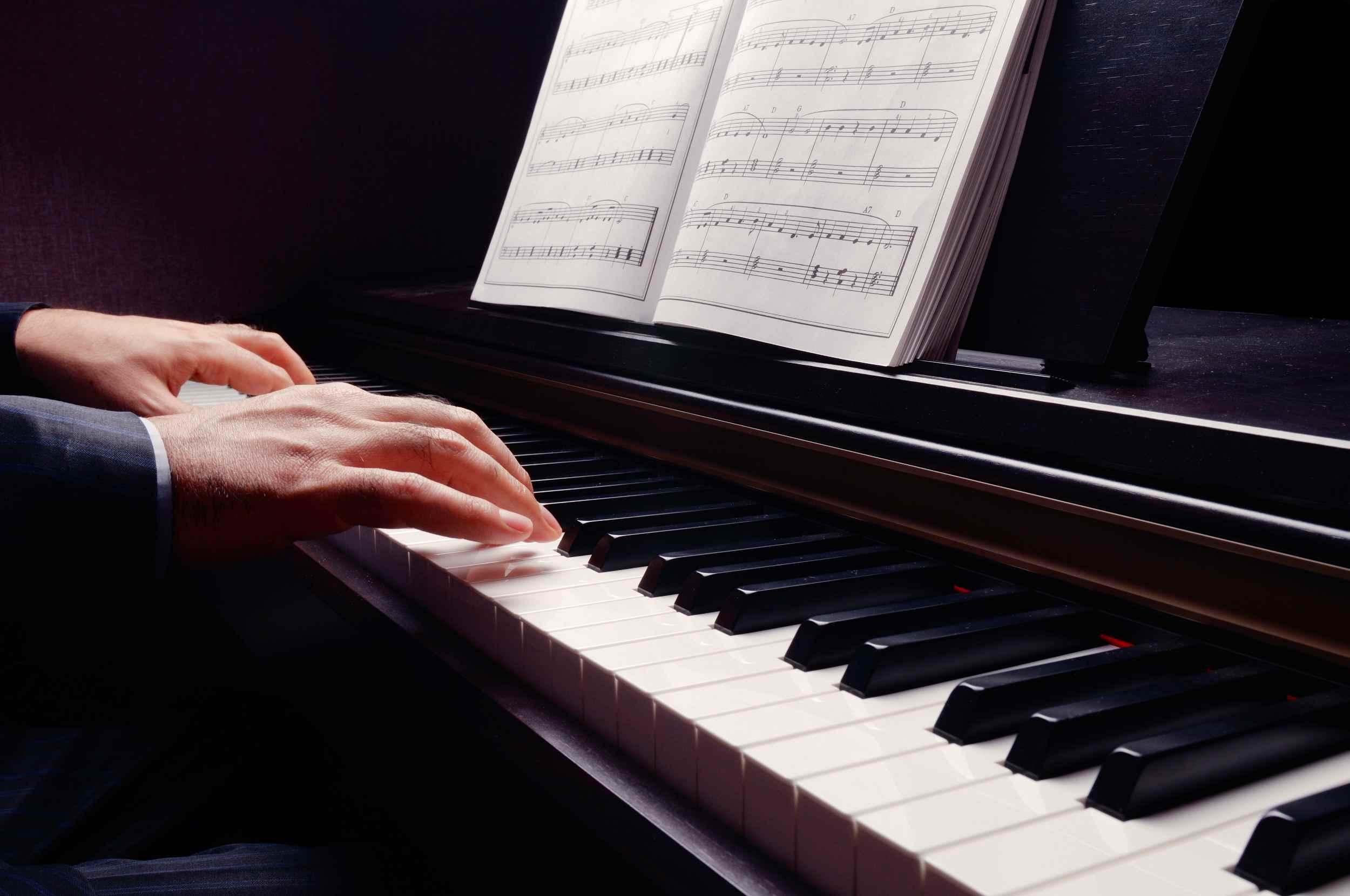 Piano y partituras
