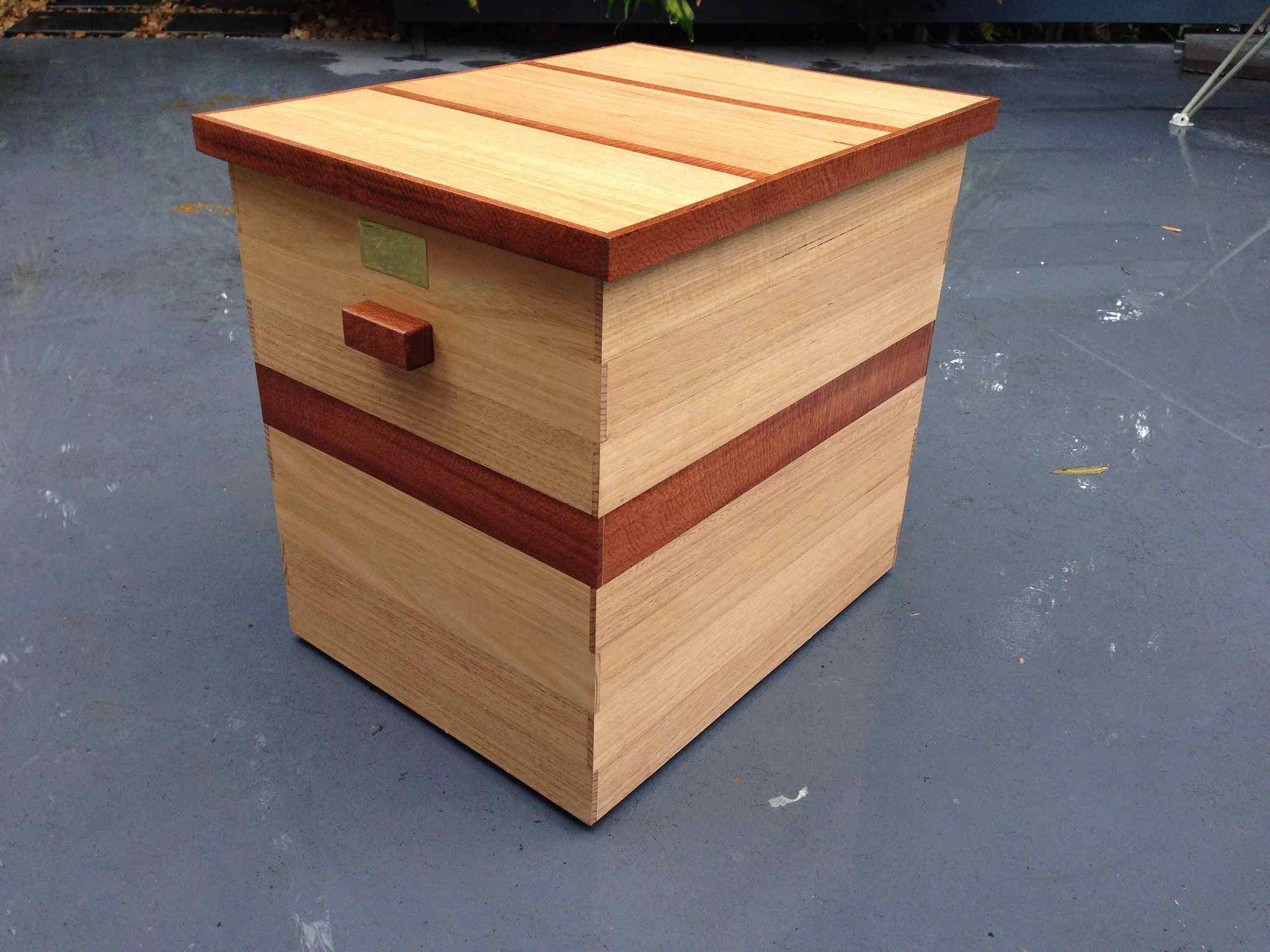 Caja de madera barnizada