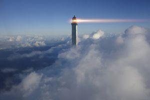 Faro en las nubes (ilustración del concepto de IP)