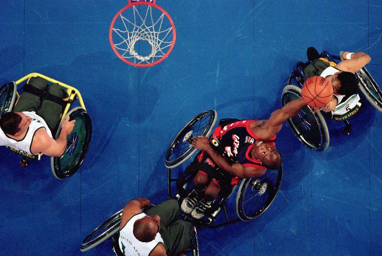Una vista aérea de un jugador de baloncesto en silla de ruedas tomando un tiro en la canasta