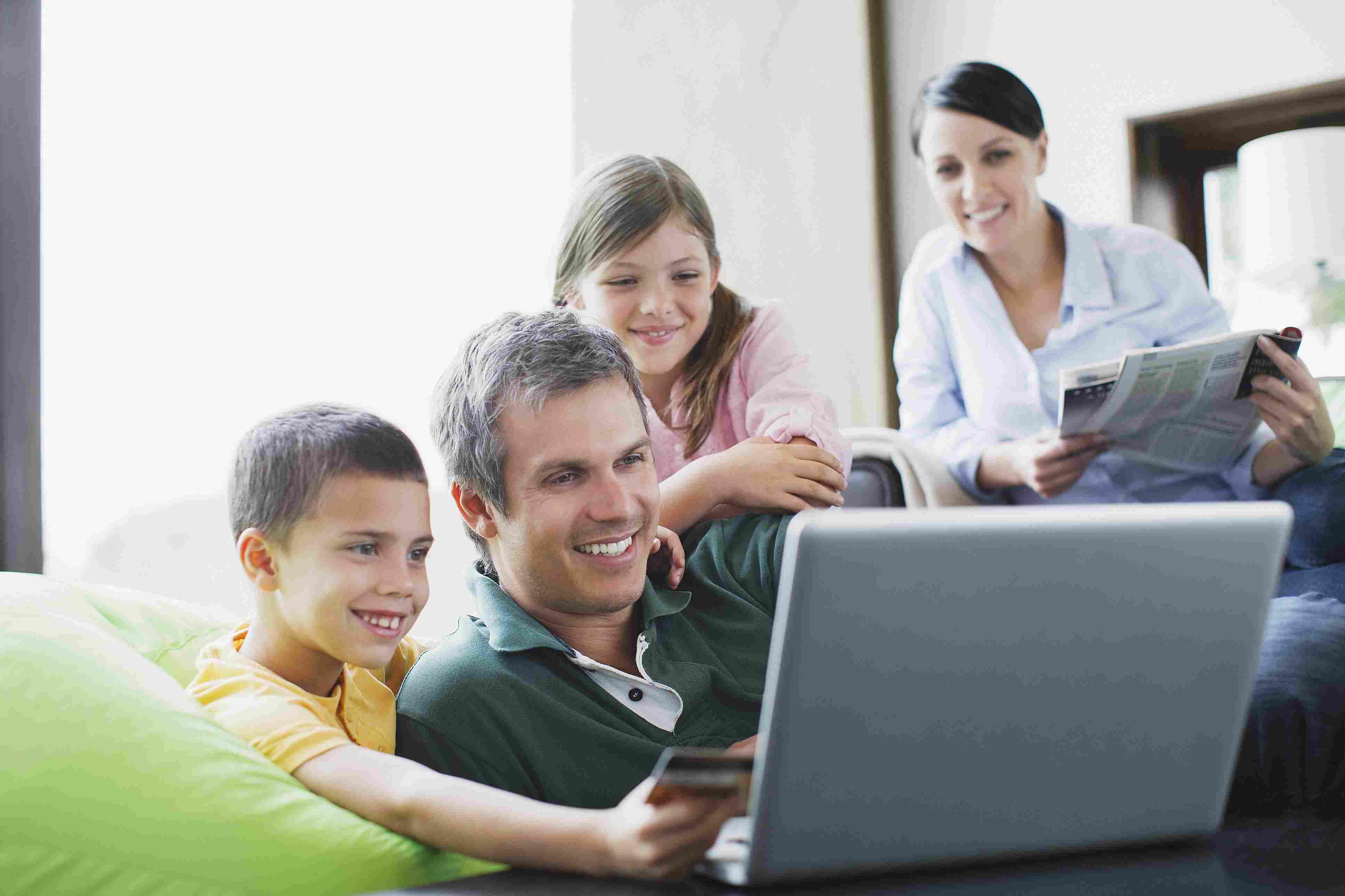 Familia en un computador organizando un tour por su propia ciudad
