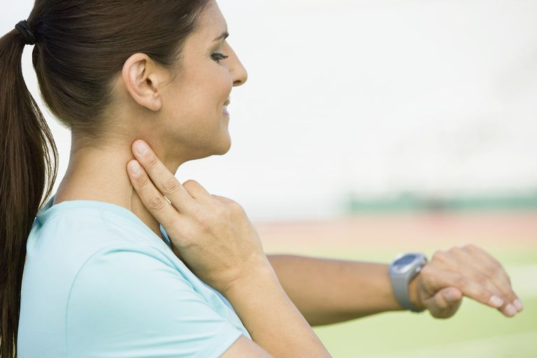 Mujer revisando pulso