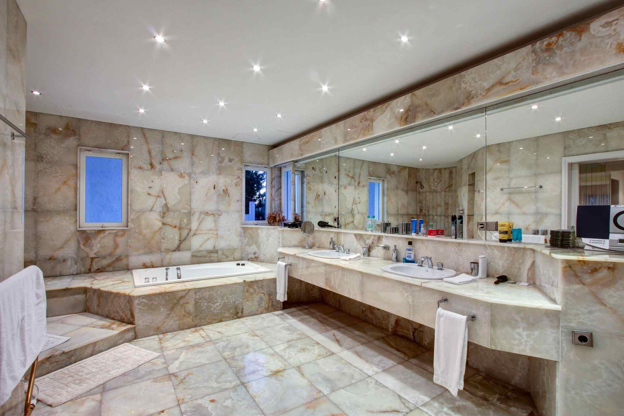 Baño con azulejos de mármol