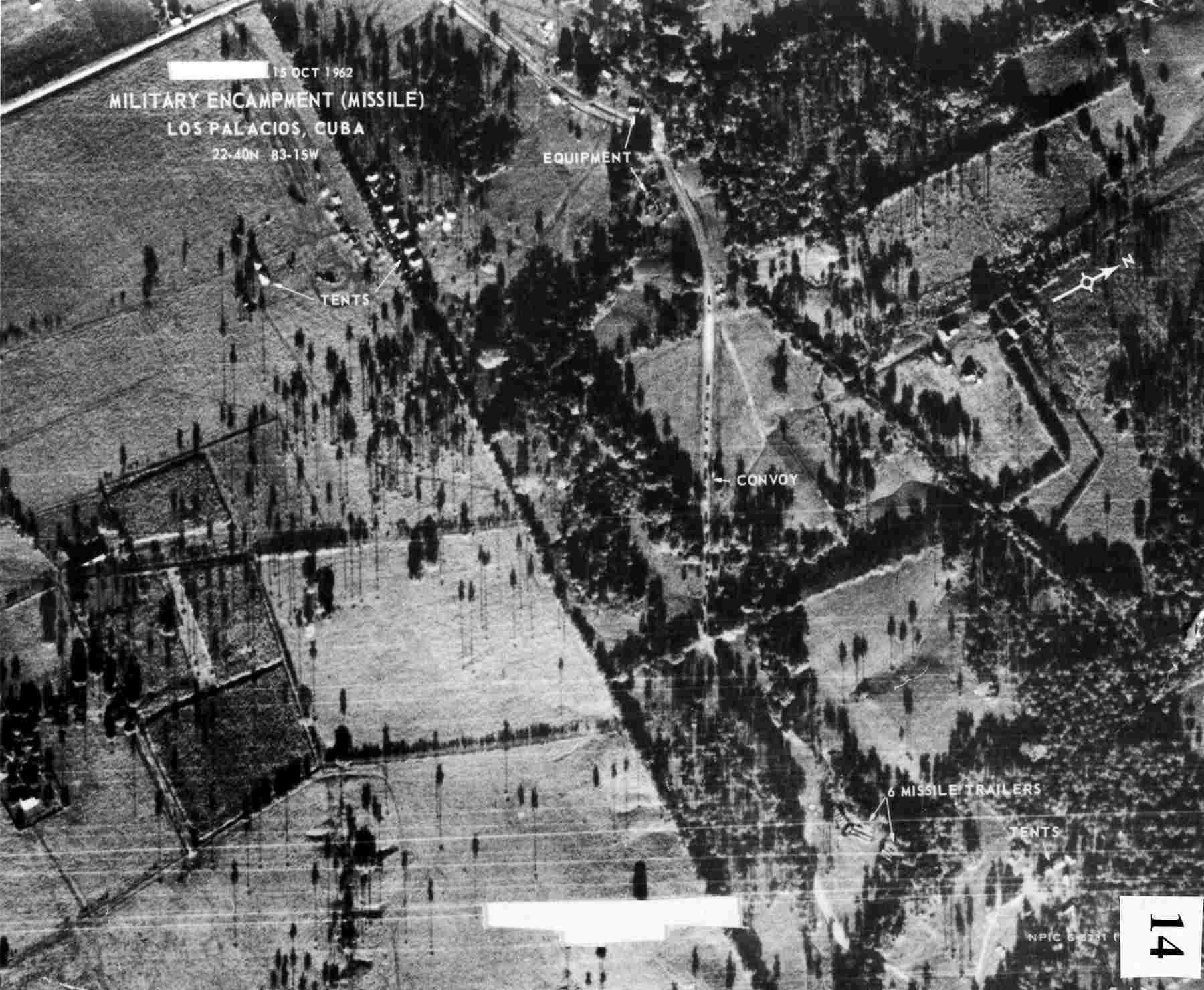 Un convoy de camiones soviéticos desplegando misiles