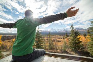 Hombre en la cima de una montaña meditando