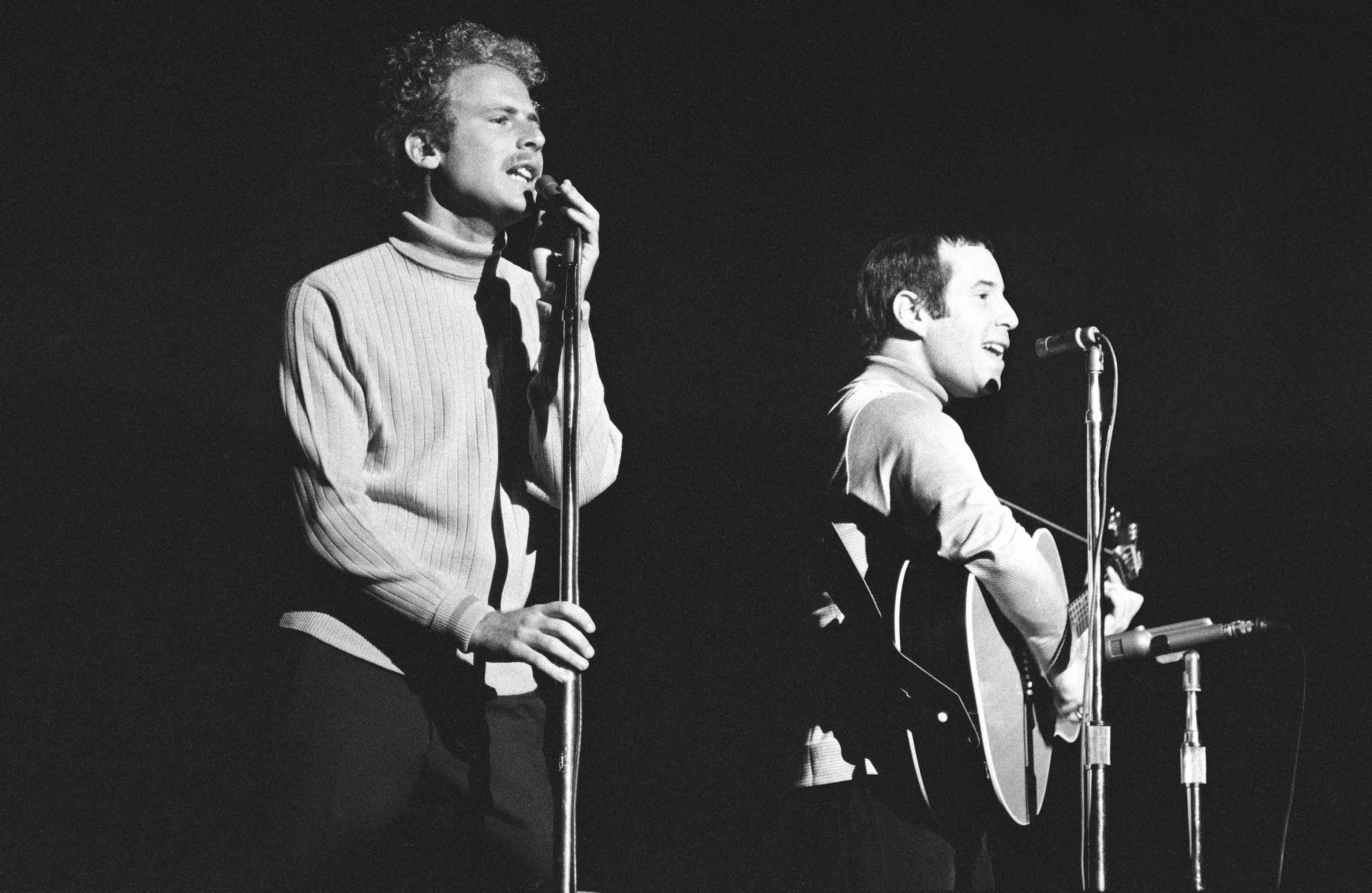 Simon y Garfunkel actúan en el escenario en 1968 en San Francisco