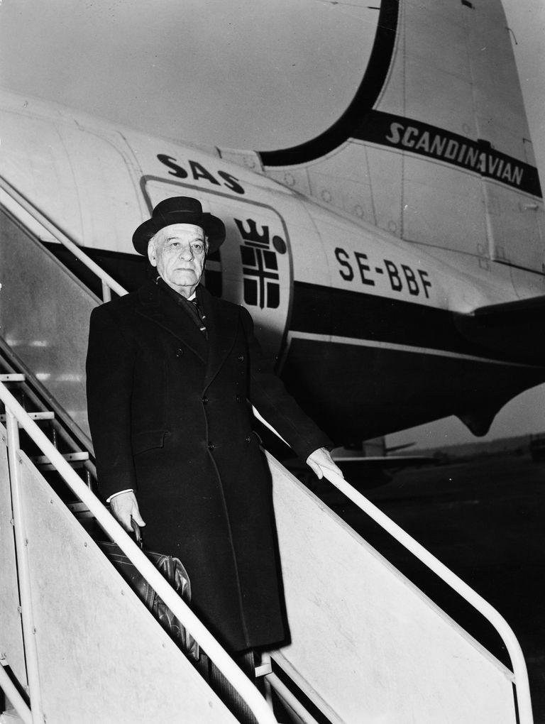 José Ortega y Gasset descendiendo de un avión