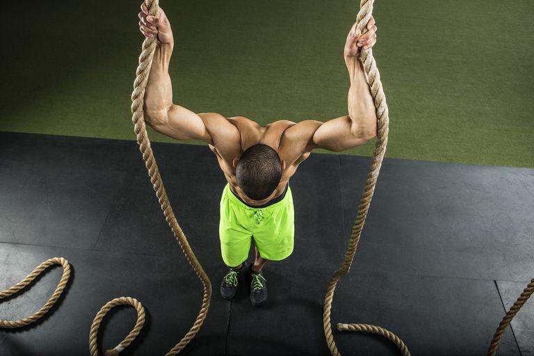 Atleta sosteniendo cuerdas