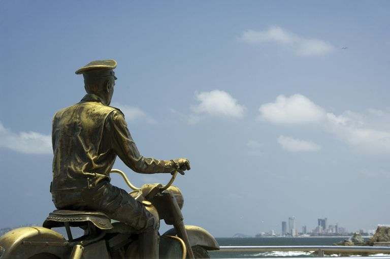 Estatua de bronce en honor a la vida de Pedro Infante