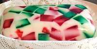 Gelatina de mosaico verde, rojo y blanco.