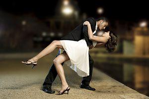 Pareja bailando en la noche