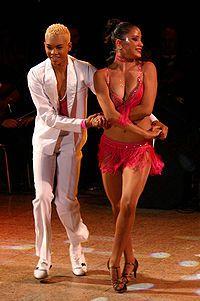 Los amantes de la salsa bailan mambo.