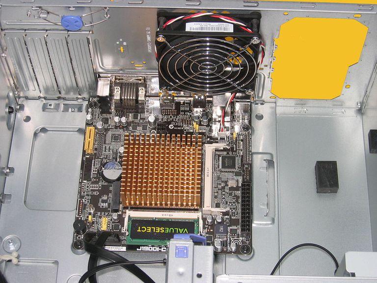 Mini-ITX 2.0 SoC placa base con ATX12V con un conector instalado en un Micro-ATX