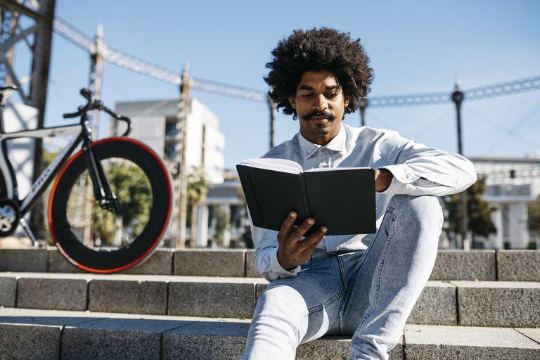 Un hombre leyendo