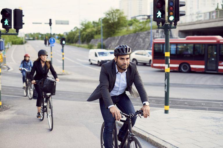 Viajeros en bicicleta en un carril bici de la ciudad