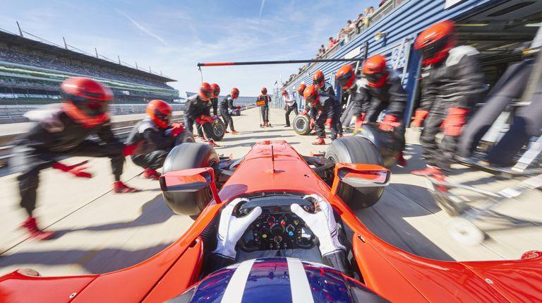 Coche de carreras fórmula uno en pit stop