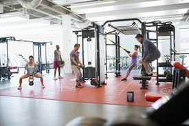 Gente entrenando en el gym