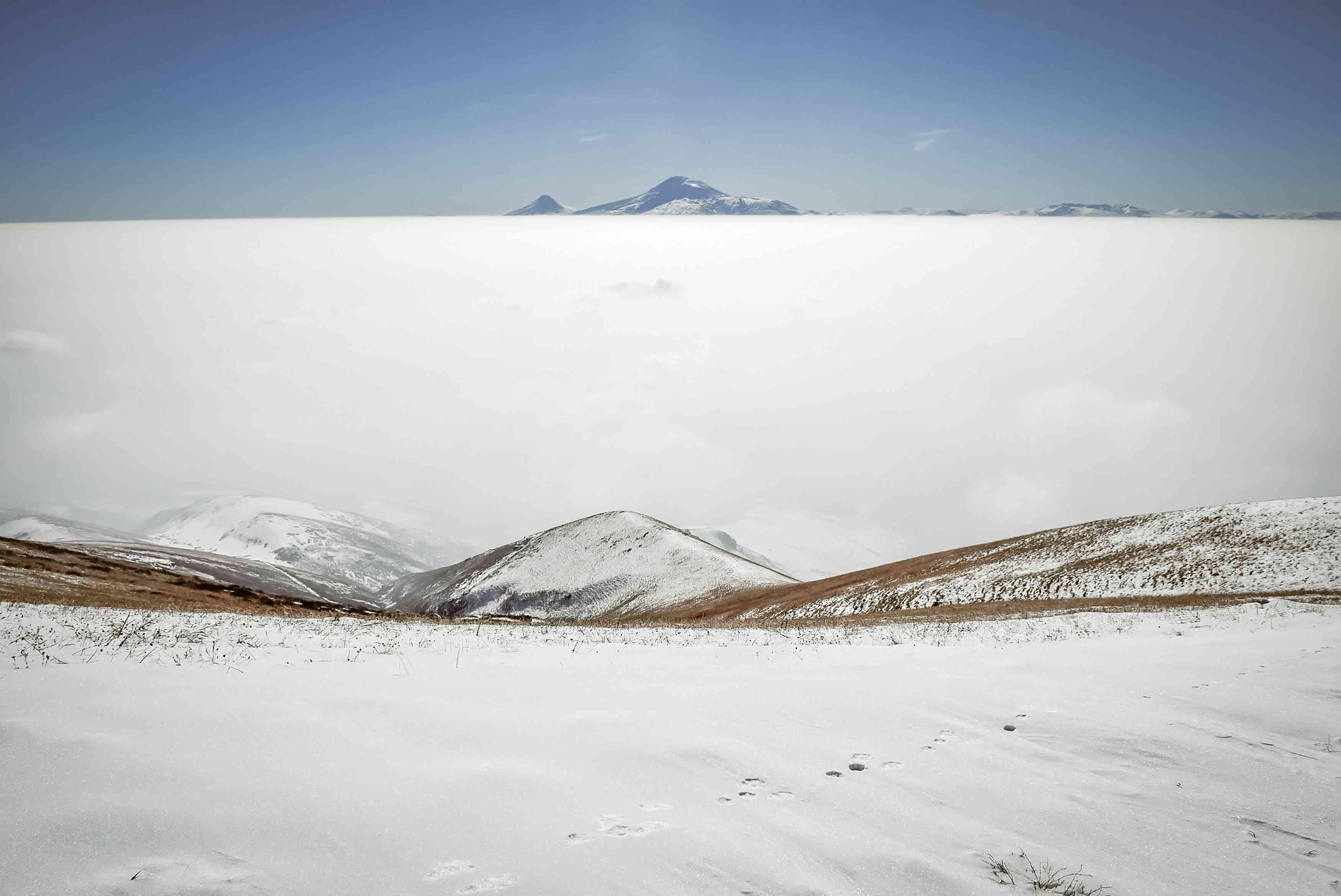 Vista panorámica de las montañas nevadas contra el cielo
