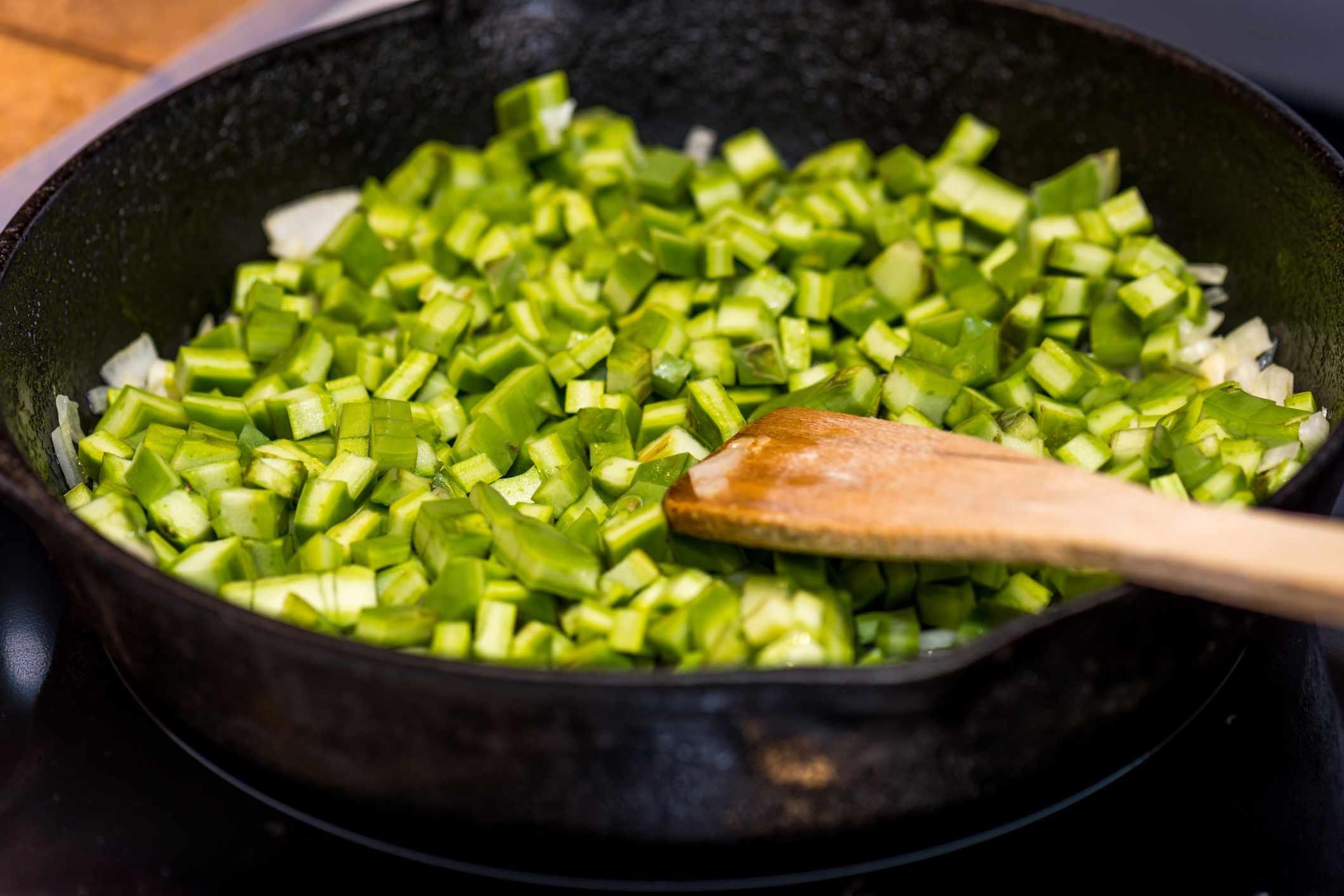 cocinando nopales