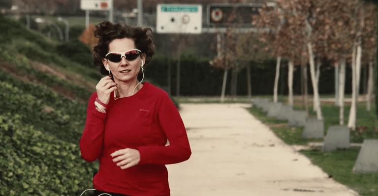 mujer practicando running