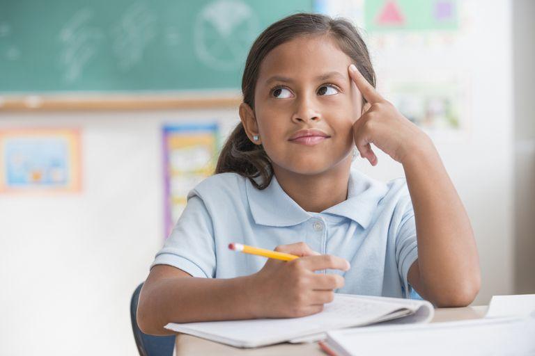 Niña latina en sus estudios