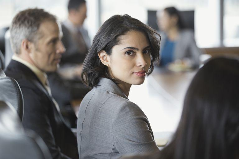 Mujer latina en reunión de negocios