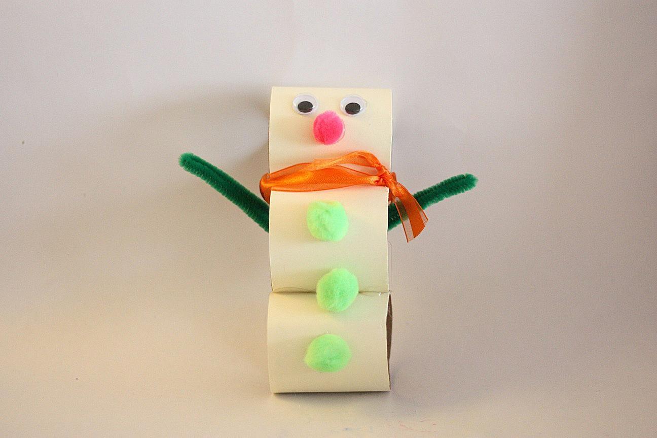 Manualidad de hombre de nieve hecho con rollos de papel higiénico