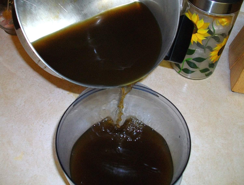 El piloncillo se disuelve en agua para la elaboración del tepache