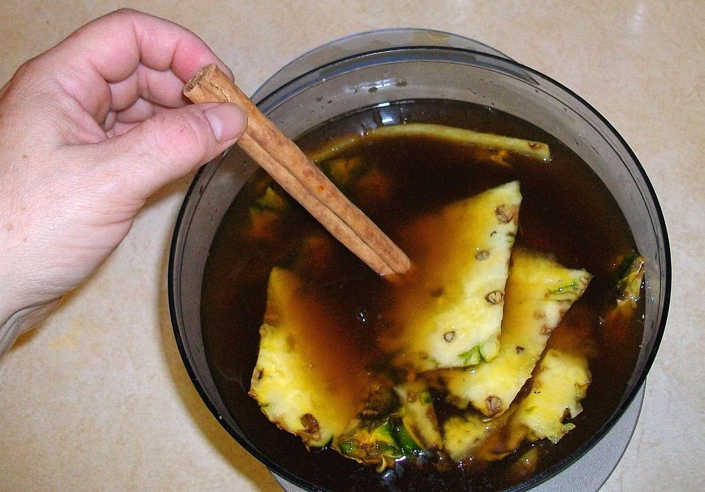 Se agrega un palito de canela al tepache