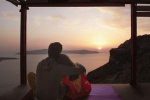Pareja abrazándose en una cabina con vistas al lago
