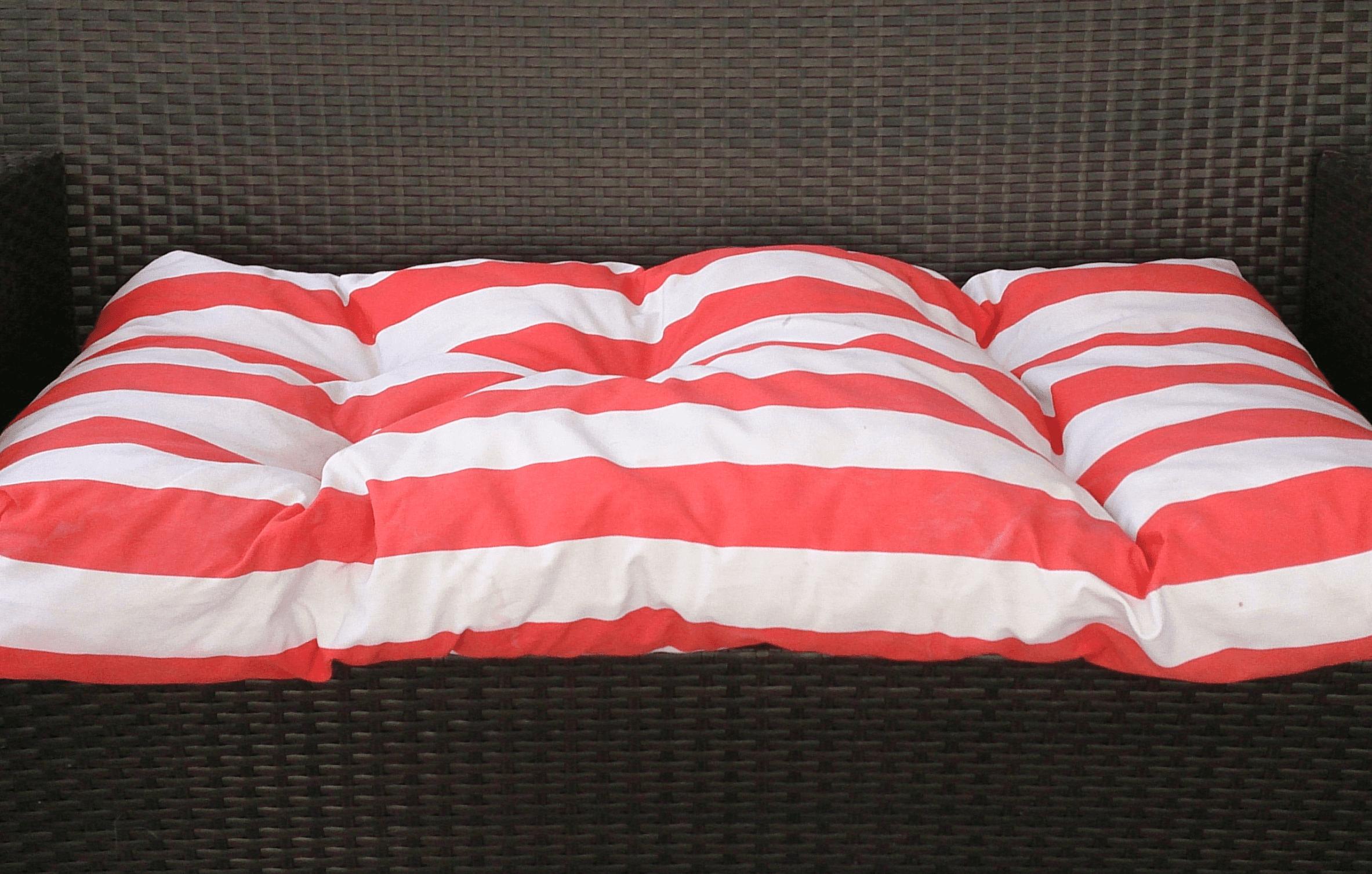 Colchoneta de rayas para un sofá de exterior
