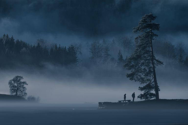 pareja en la niebla