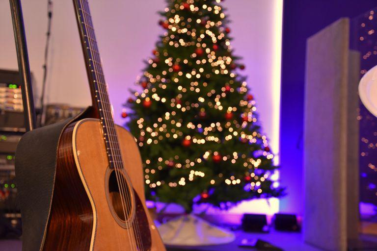 Guitarra con arbol de navidad