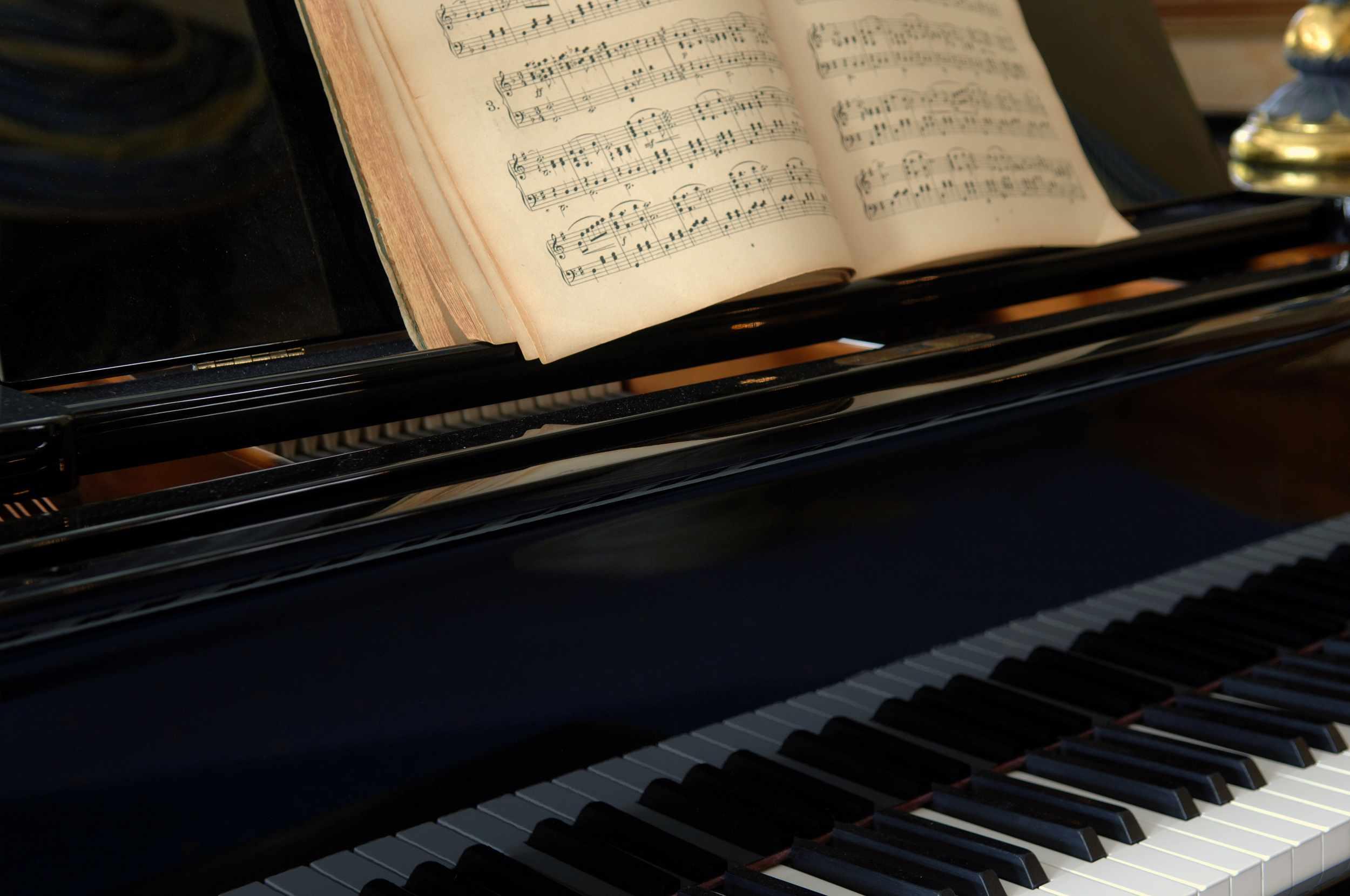 Piano y partitura