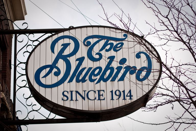 """Un letrero dice """"The Bluebird, Since 1914"""""""