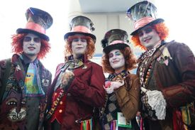 Cosplayers como The Mad Hatter en Comic Con
