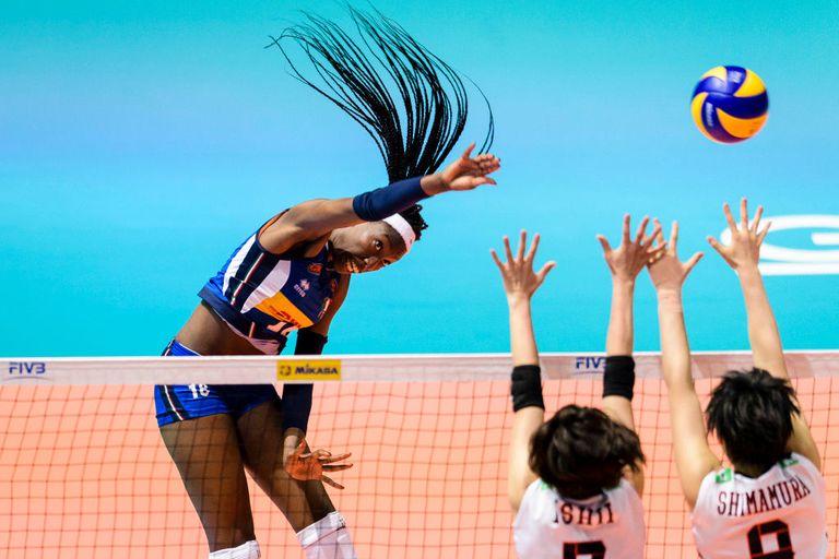 Paola Ogechi Egonu ataca durante el FIVB Volleyball Nations League Hong Kong entre Japón e Italia