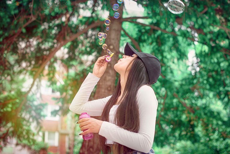 Joven soplando burbujas