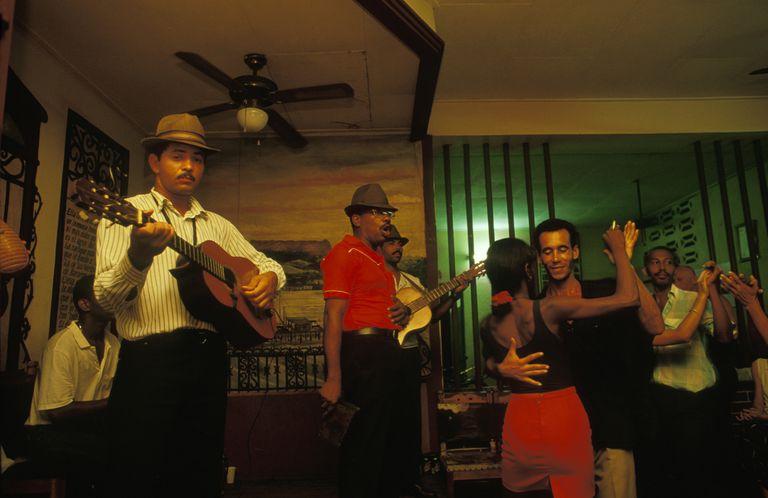 Parejas cubanas bailan con una banda son en vivo