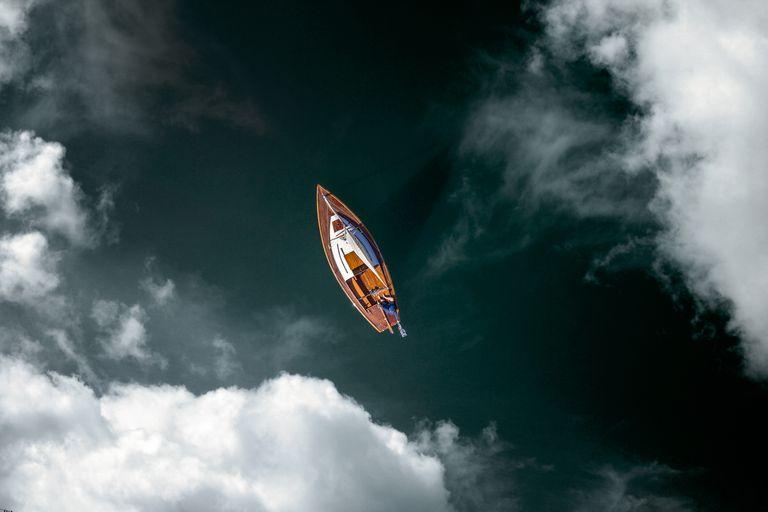 Bemanntes Segelboot - Luftaufnahme mit Wolken