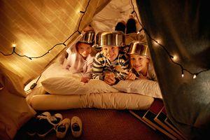 2 hermanos acampando en el living de su casa