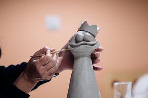 Artista esculpiendo arcilla