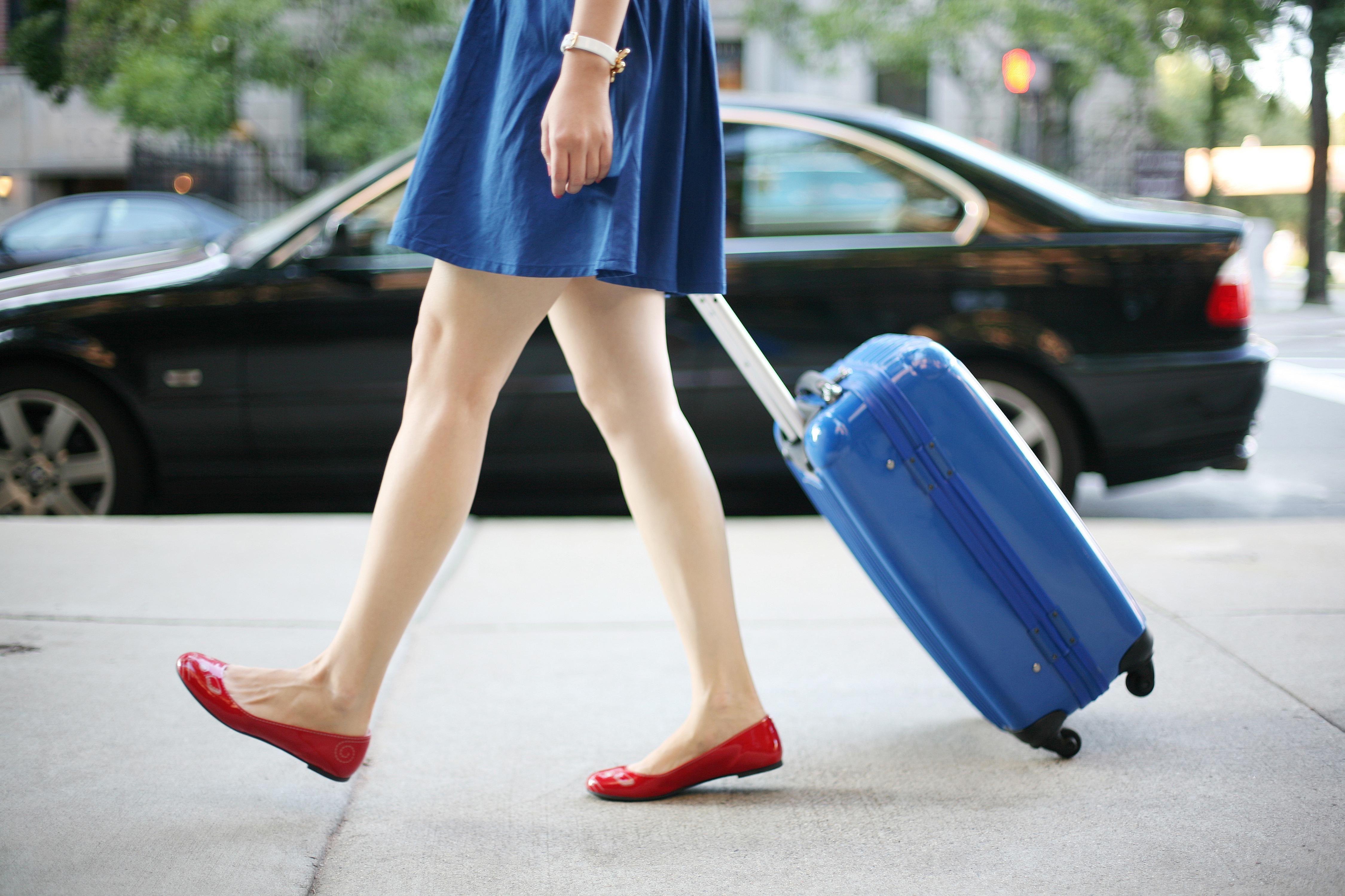 Pasear con maletas para viajar durante el año