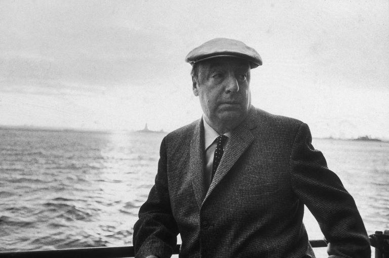 Pablo Neruda se apoya en la barandilla de un barco