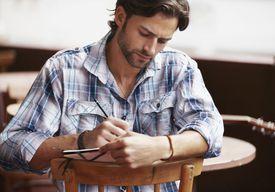 Hombre escribiendo poesía