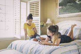 Dos adolescentes con teléfonos