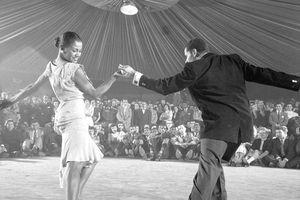 1954: Bailarines profesionales realizando el mambo.