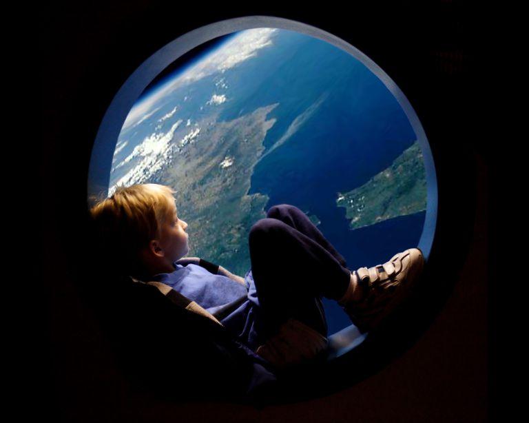 Niño mirando la Tierra