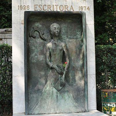 Tumba de la escritora Rosario Castellanos, en el Panteón Civil de Ciudad México.